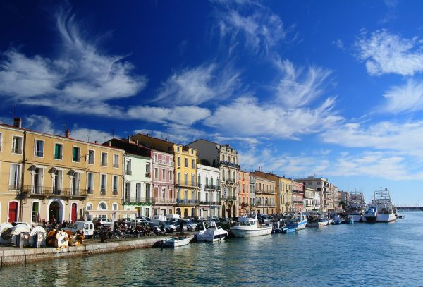Bateaux à quai, devant maisons colorées à Sète