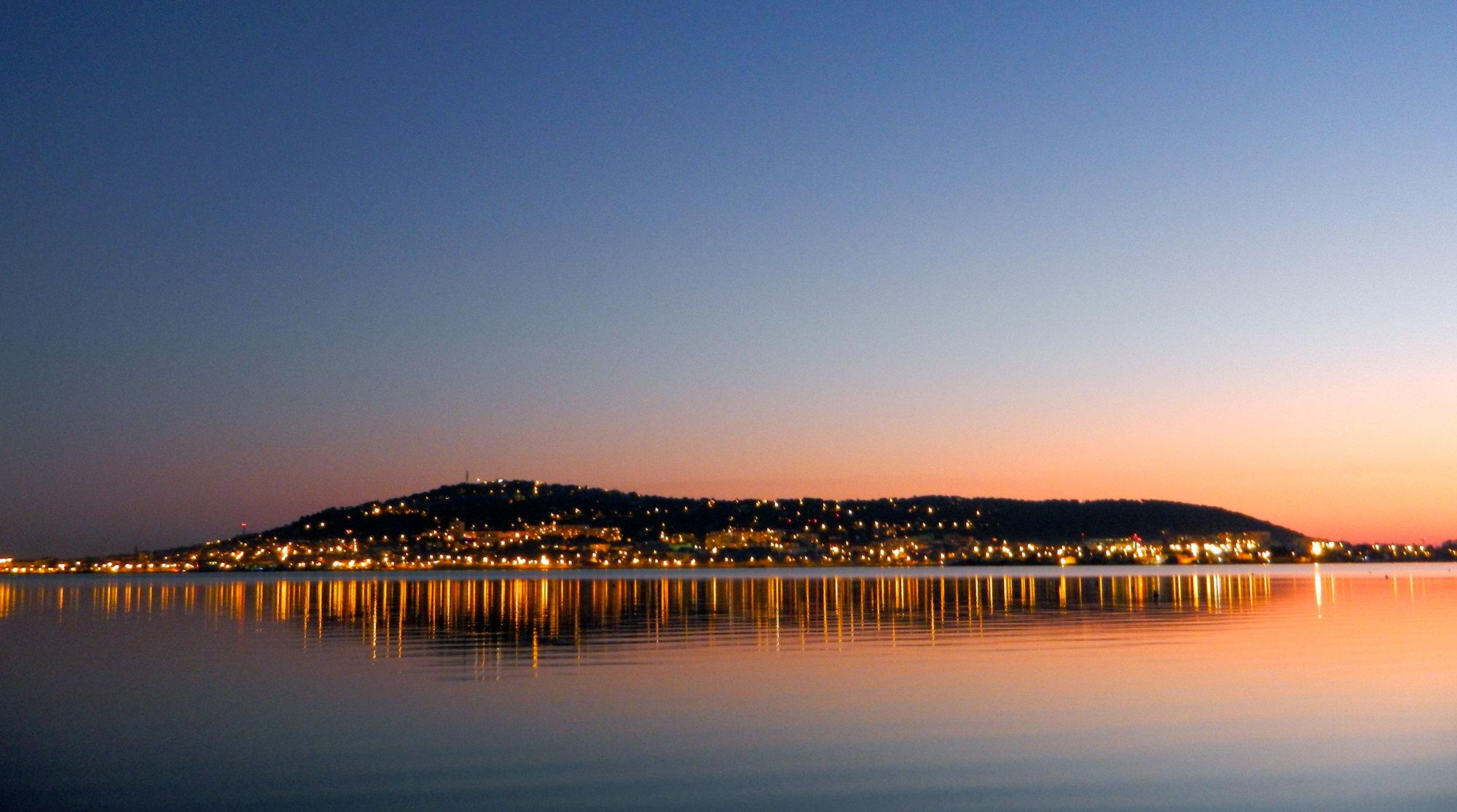 Reflet Sète et coucher de soleil sur eau
