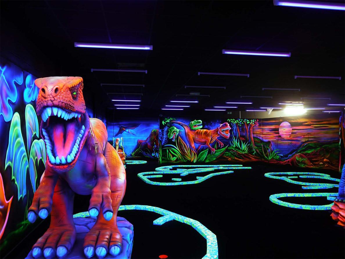 Minigolf intérieur avec décors dinosaure néon, montpellier