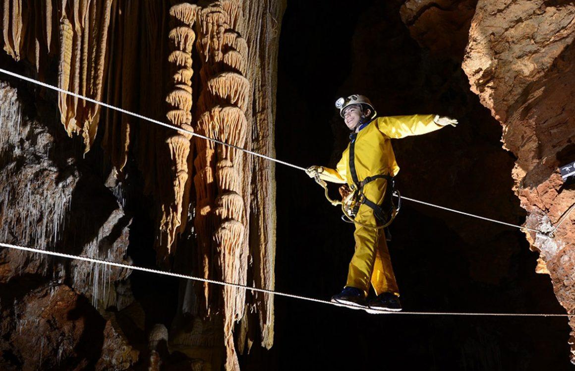 Garçon sur ponts de singe, speleopark grotte de clamouse