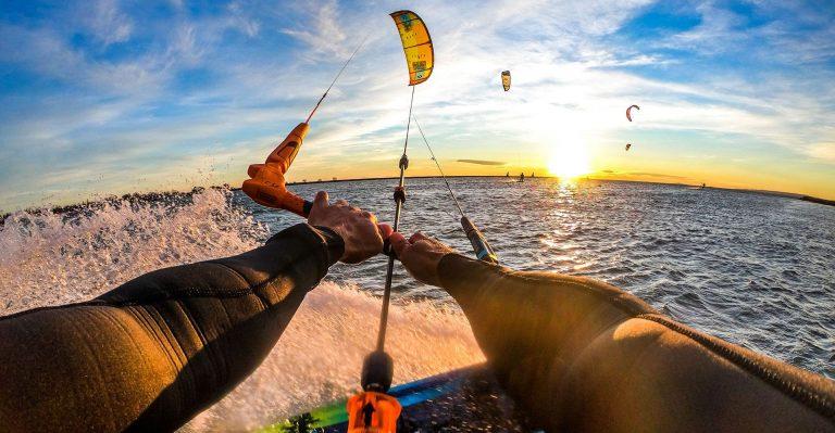 Kitesurfeur au coucher de soleil