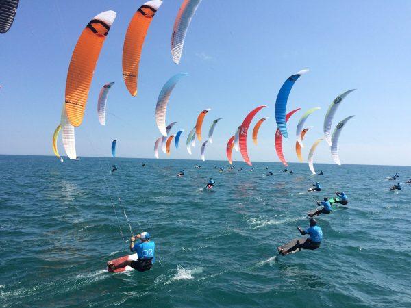 Festikite à la Plage de Maguelone départ de course en kitefoil