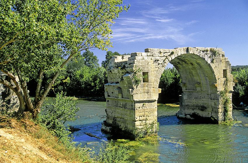 Pont Ambroix au milieu du Vidourle sur le site archéologique d'Ambrussum