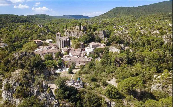 Le belvédère des Courtinals entre village et cirque de Mourèze