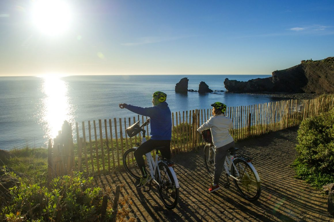 Cyclistes devant la plage de la Grande Conque au Cap d'Agde