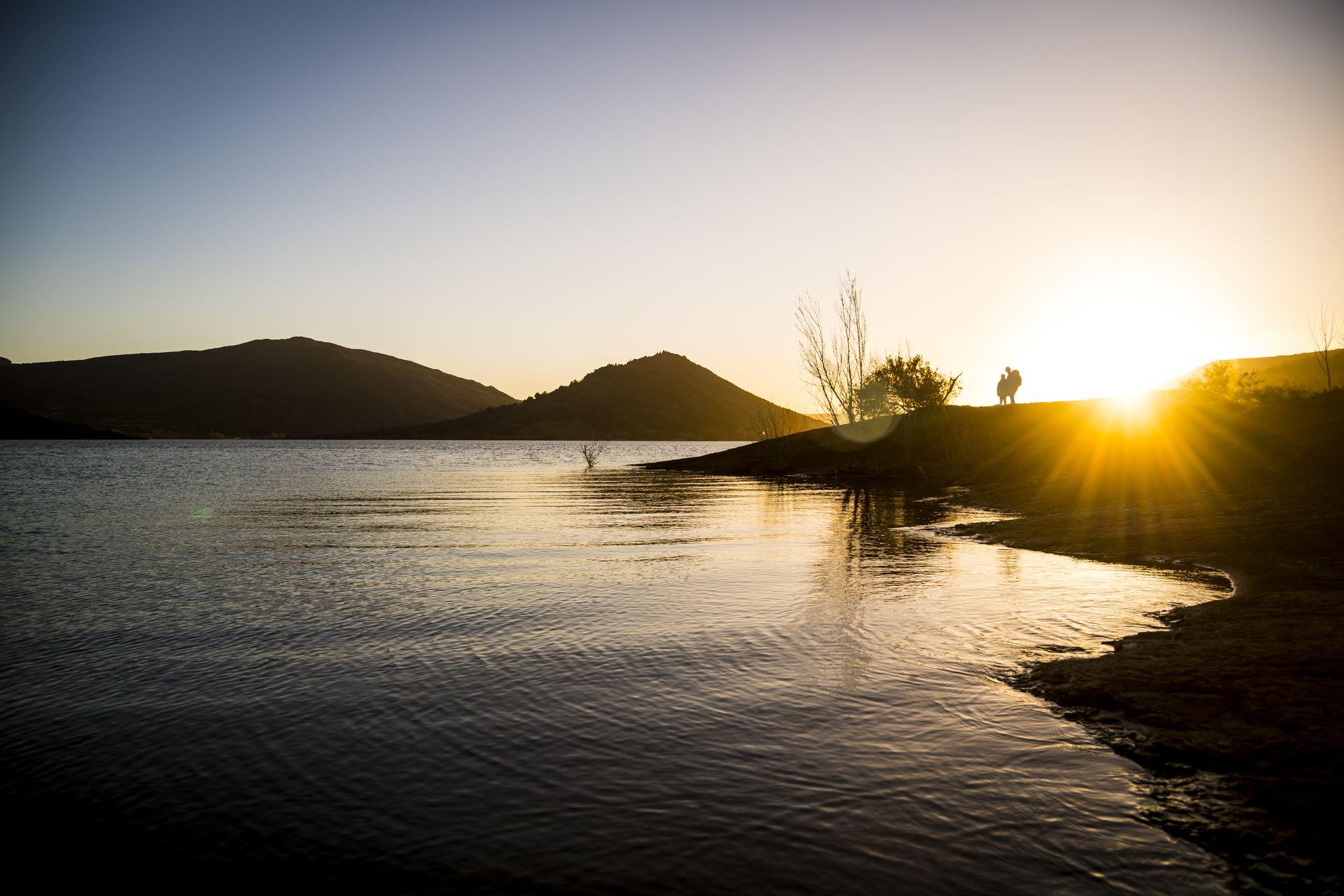 coucher de soleil au Salagou