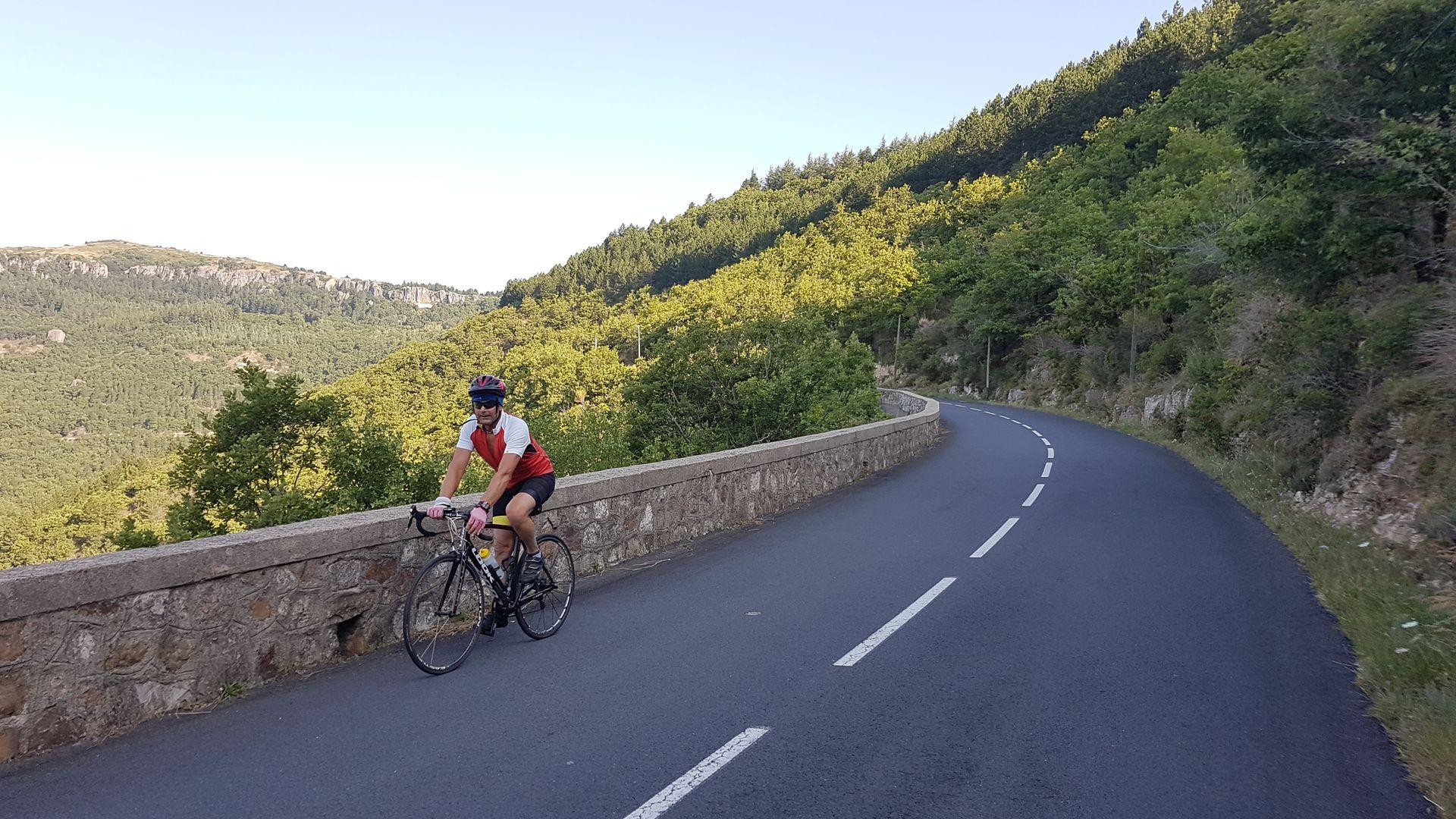 Cycliste sur le col du Perthus