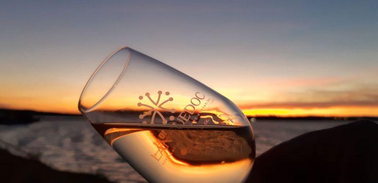 """Verre de vin """"LANGUEDOC"""" avec la mer au fond sur un coucher de soleil"""