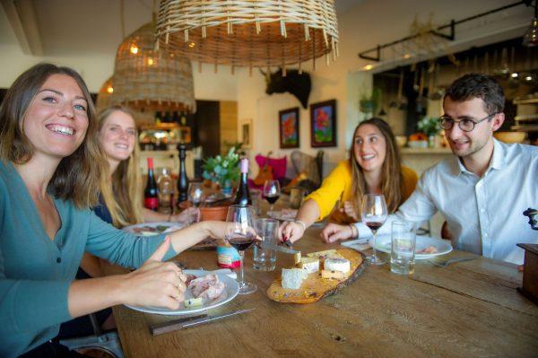 Repas entre amis au domaine de la Grande Sieste à Aniane