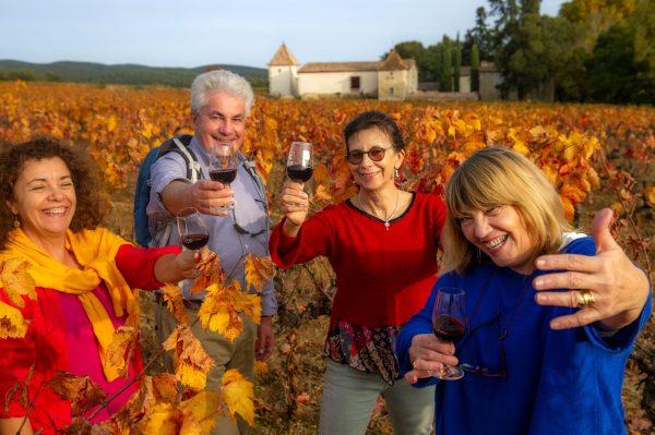 Dégustation et randonnée dans les vignes en groupe d'amis de jeuniors au Domaine de Rieussec ©Didier Cavailhes