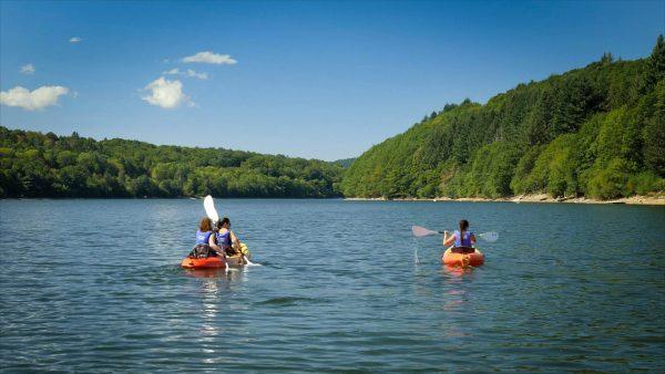 Trois copines font du canoe sur le lac de la Raviège