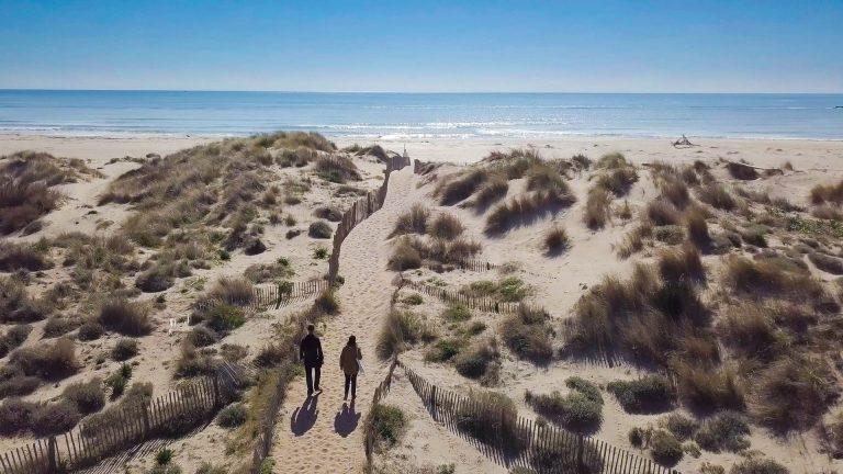Balade sur la plage de la Réserve Naturelle des Orpellières en couple