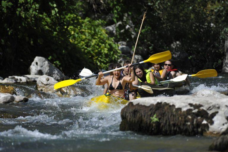 canoe hérault Groupe de jeunes amis qui fait du canoë dans l'Hérault