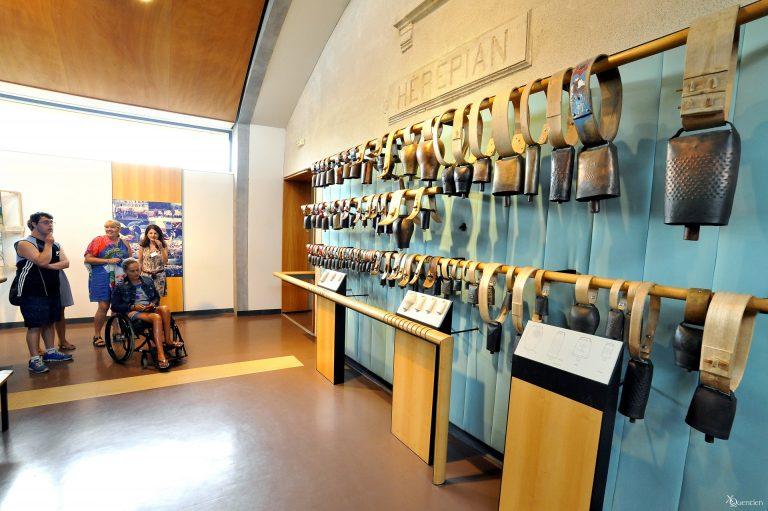 Exposition de cloches que l'on peut toucherau musée de la cloche et de la sonna