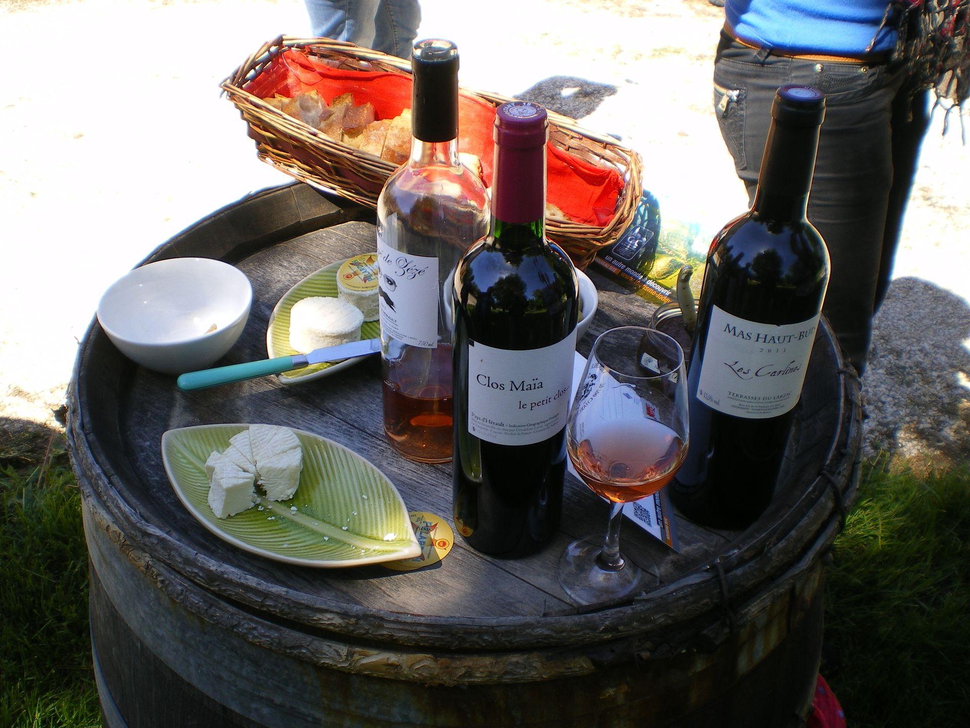 Tonneau présentant fromages et vins au cours d'une balade vigneronne en Lodévois