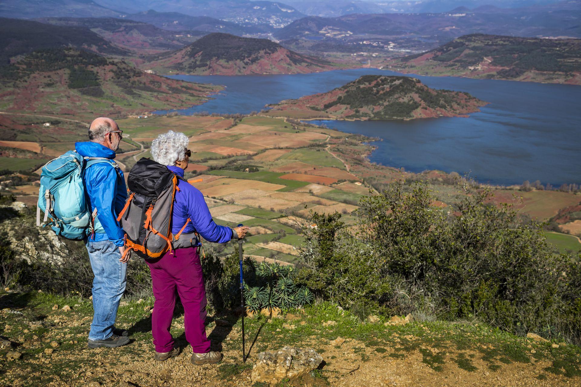 Couple de seniors en randonnée au Mont Liausson