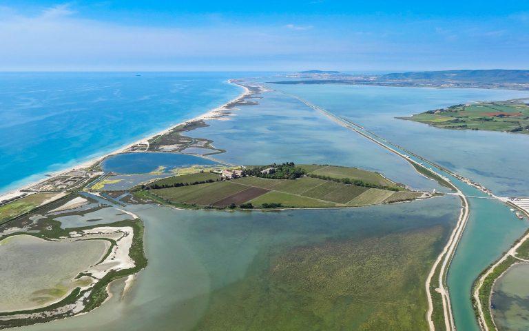 Vue aérienne de la presqu'île de Maguelone entourée par la Méditerranée et les étangs