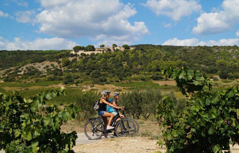 Cyclistes au pied du Castellas à Montpeyroux