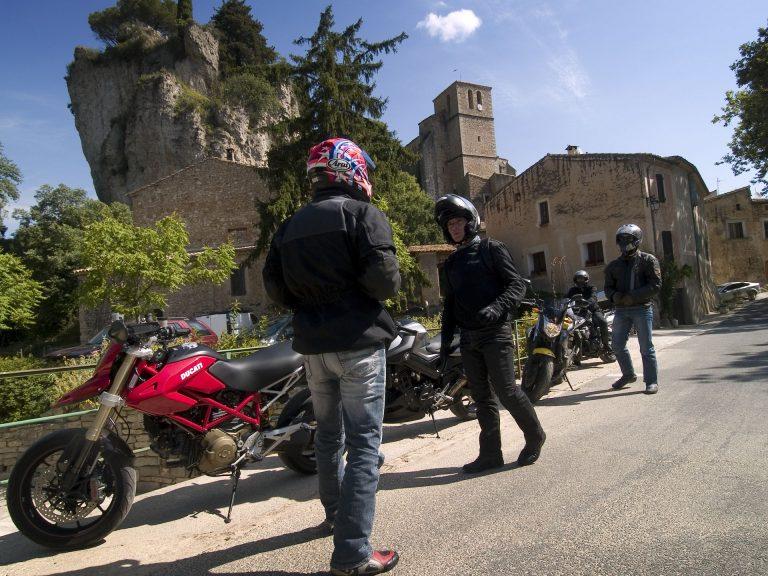 Balade moto dans l'Hérault au Grand Site du Salagou et de Mourèze