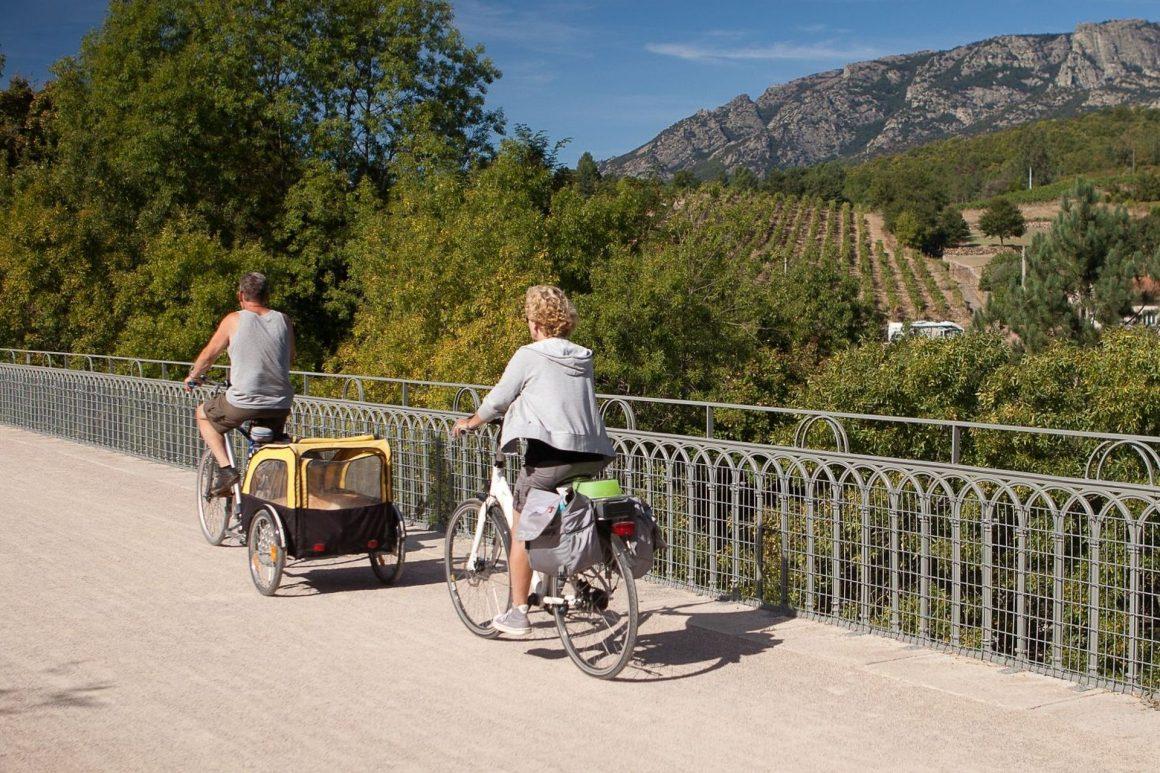 Cyclistes sur la voie verte Passa Païs