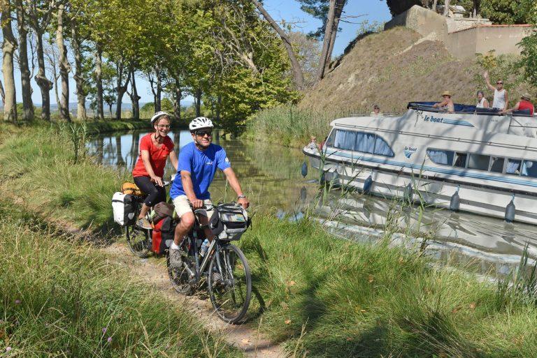 Cyclistes itinérants le long du Canal du Midi
