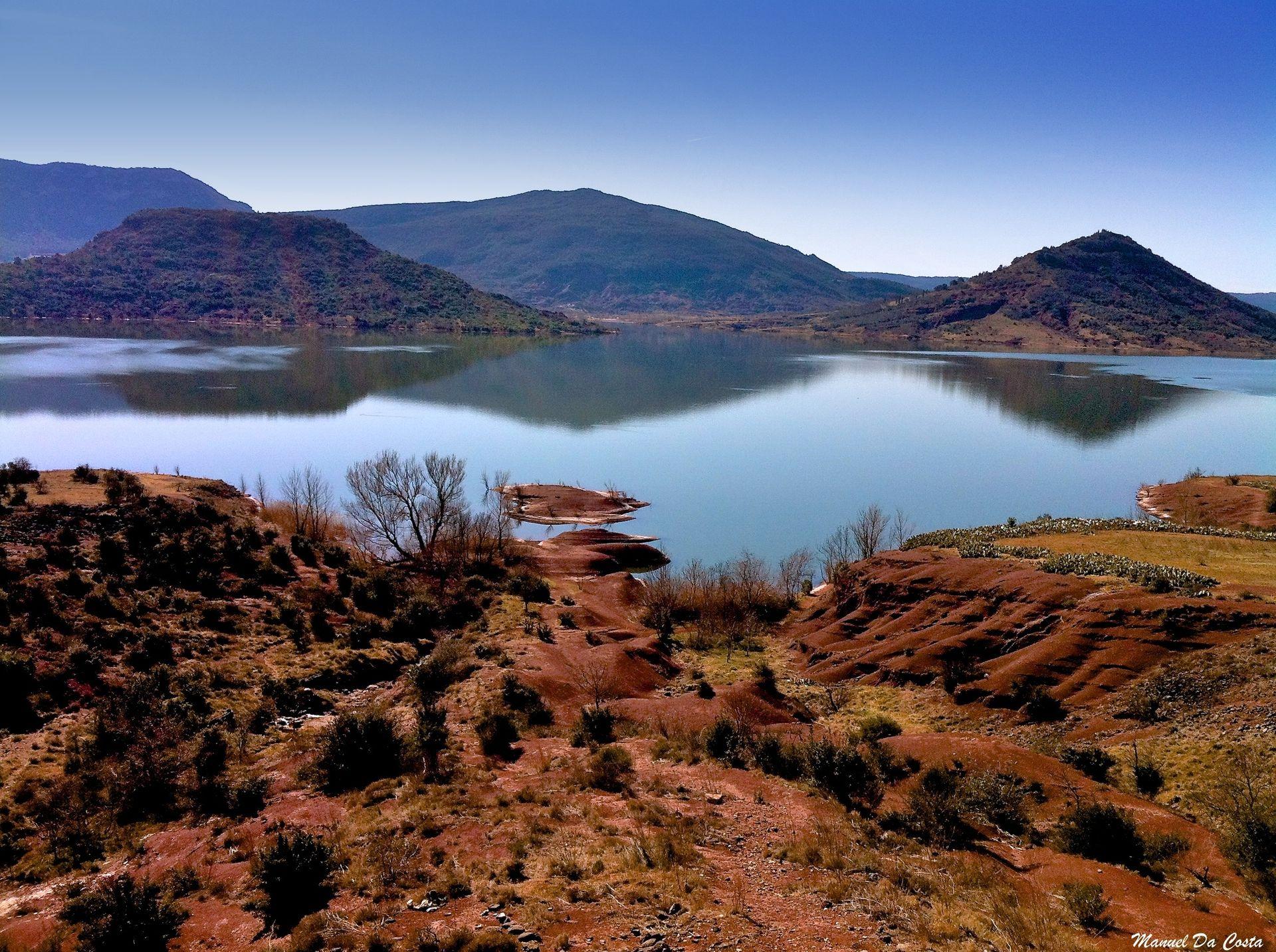 Les ruffes du lac du Salagou se reflètent dans le lac