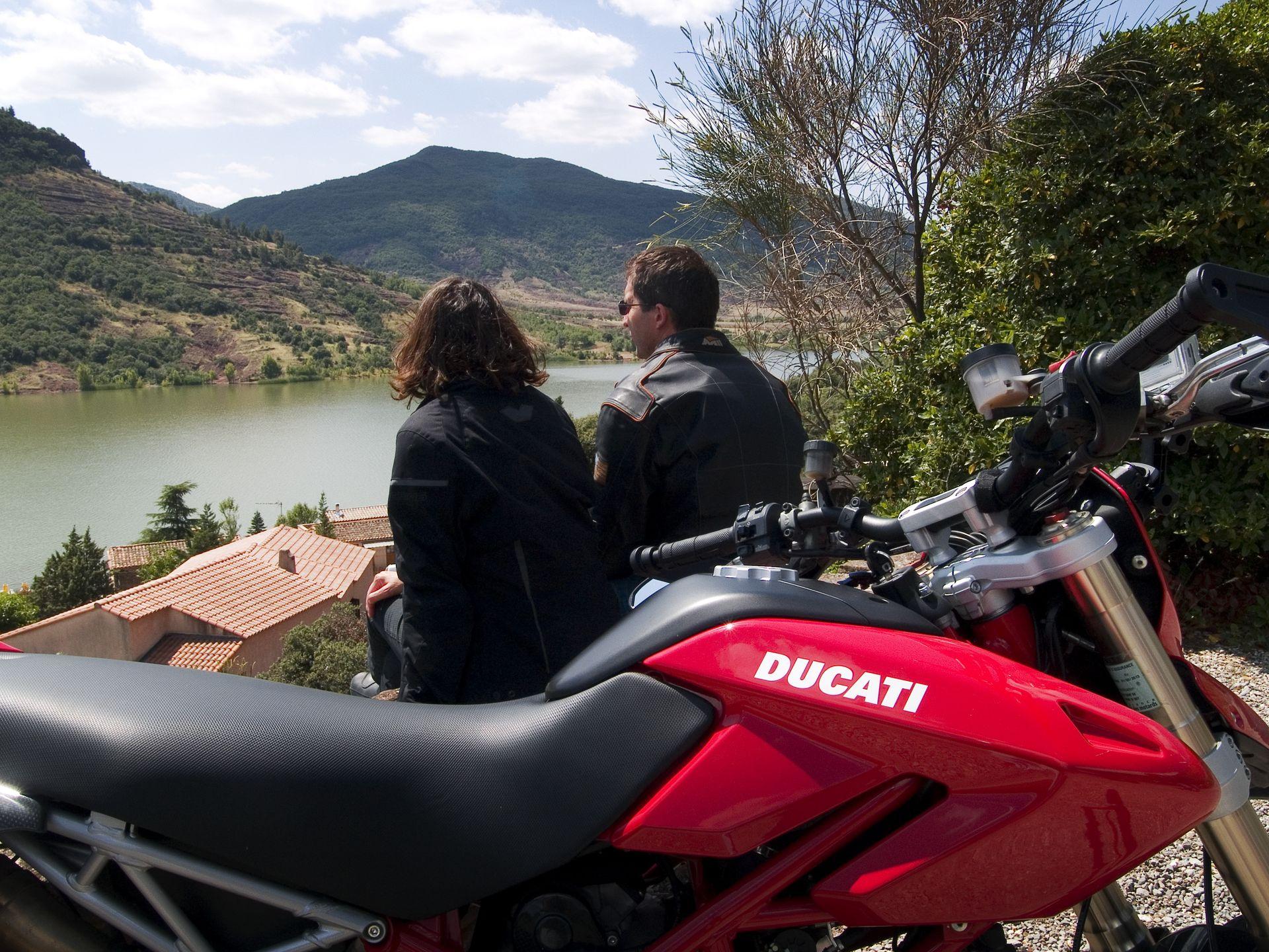 Balade moto dans l'Hérault au Lac du Salagou en couple