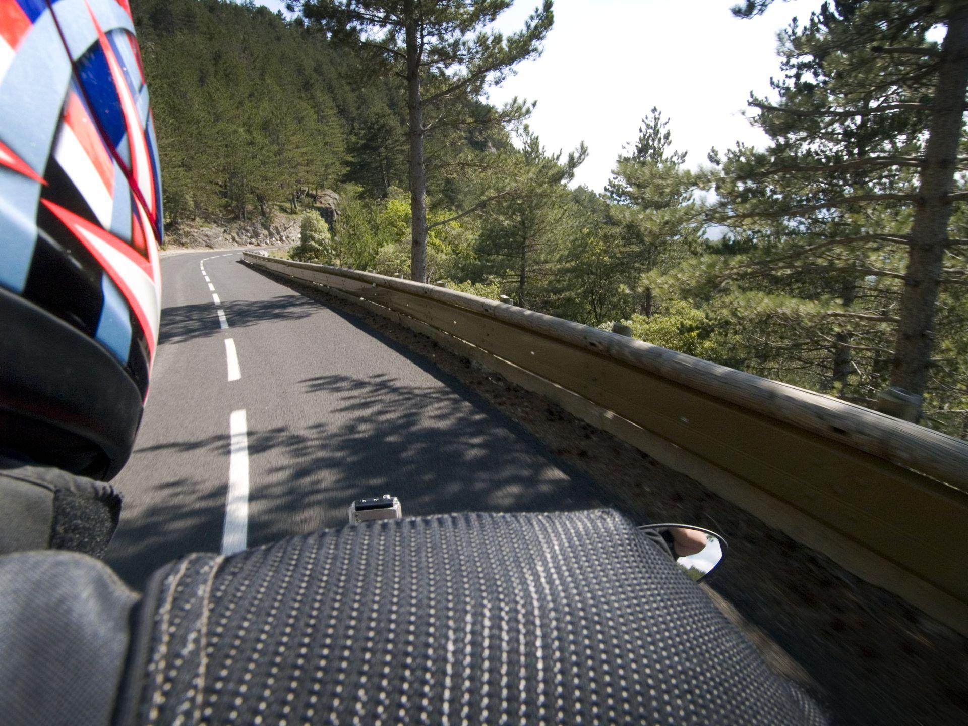 Balade moto dans l'Hérault, montée sur le Larzac