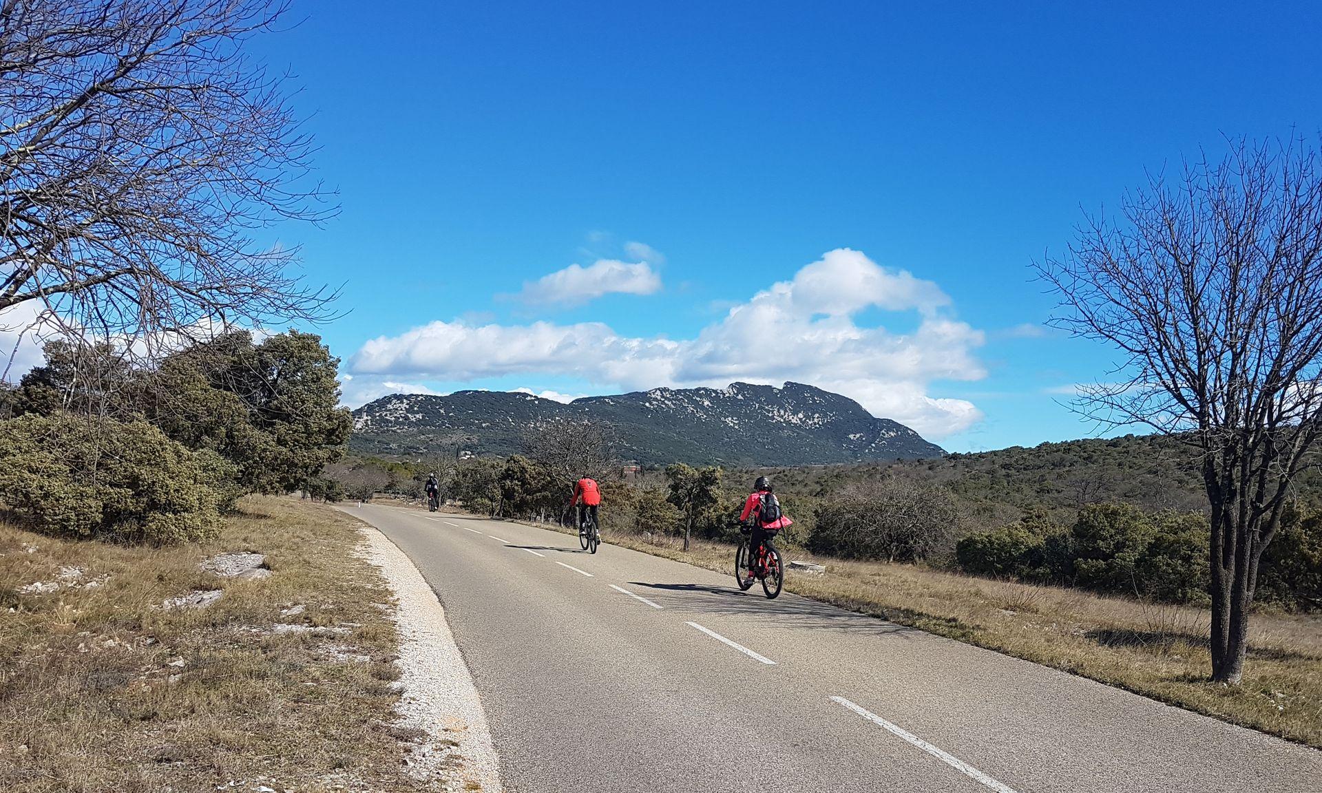 Cyclistes devant le Pic-Saint-Loup