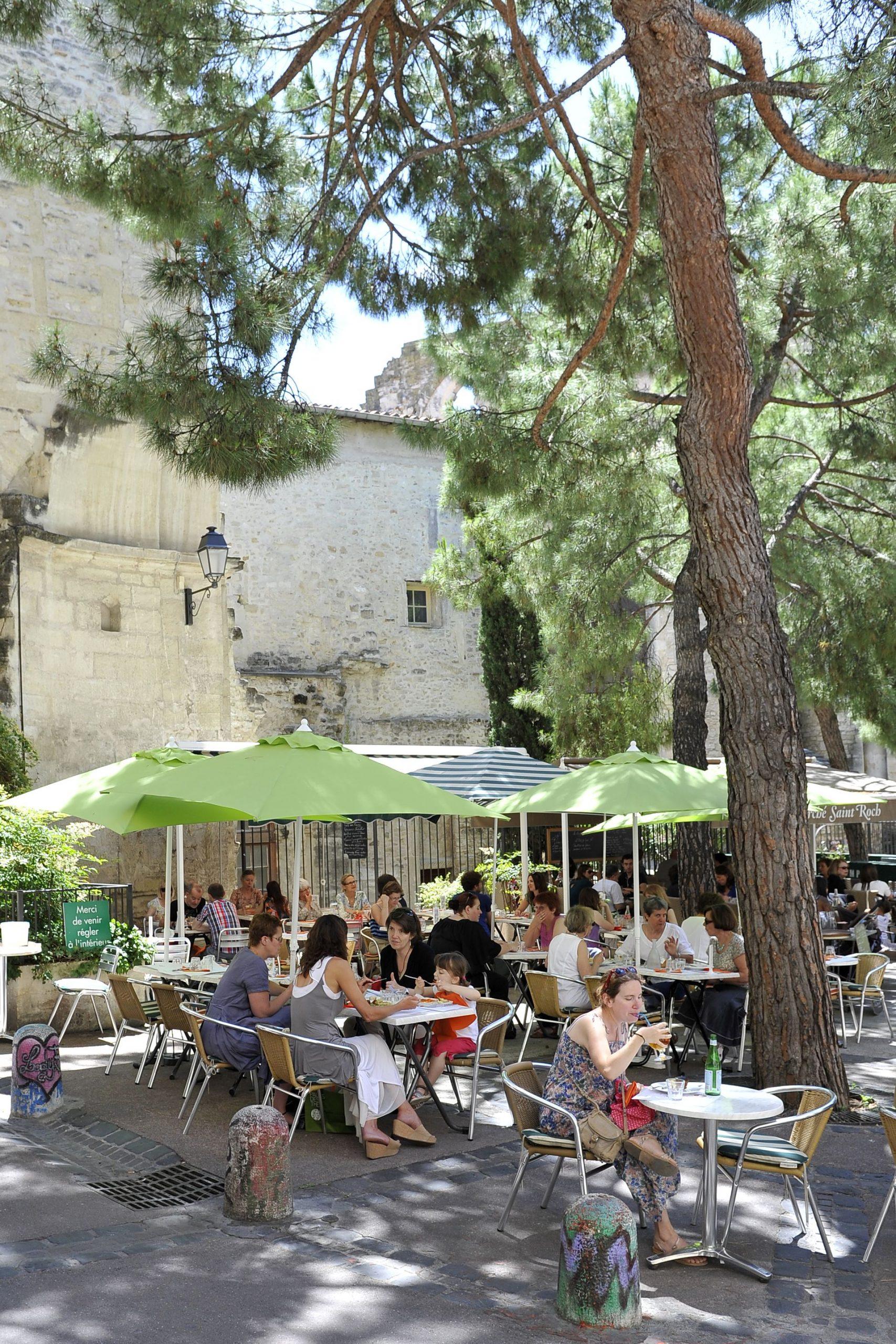 Des familles déjeunent en terrasse à Montpellier