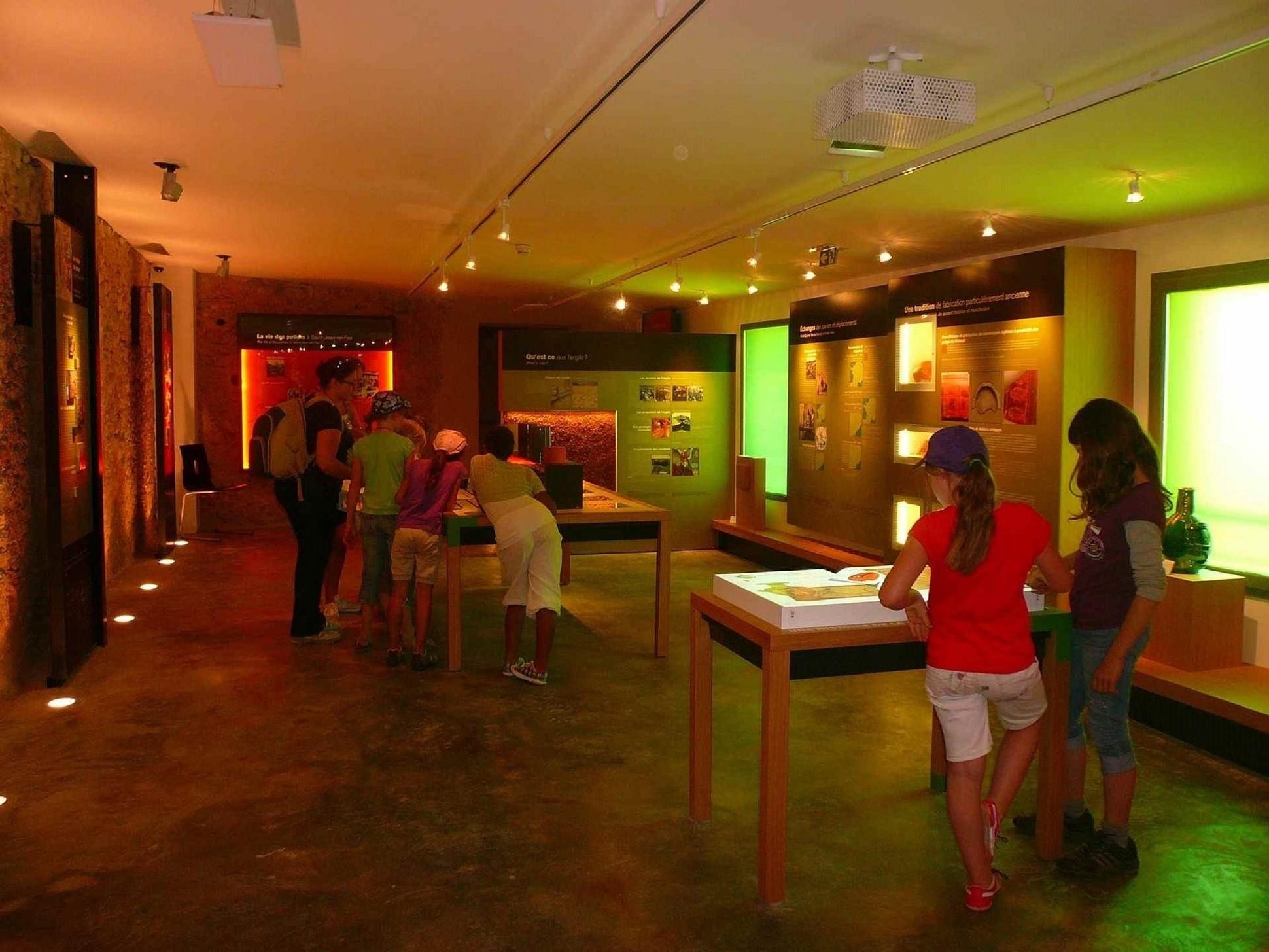 Enfants qui jouent dans la 1ère salle du musée de la poterie Argileum à St jean de fos
