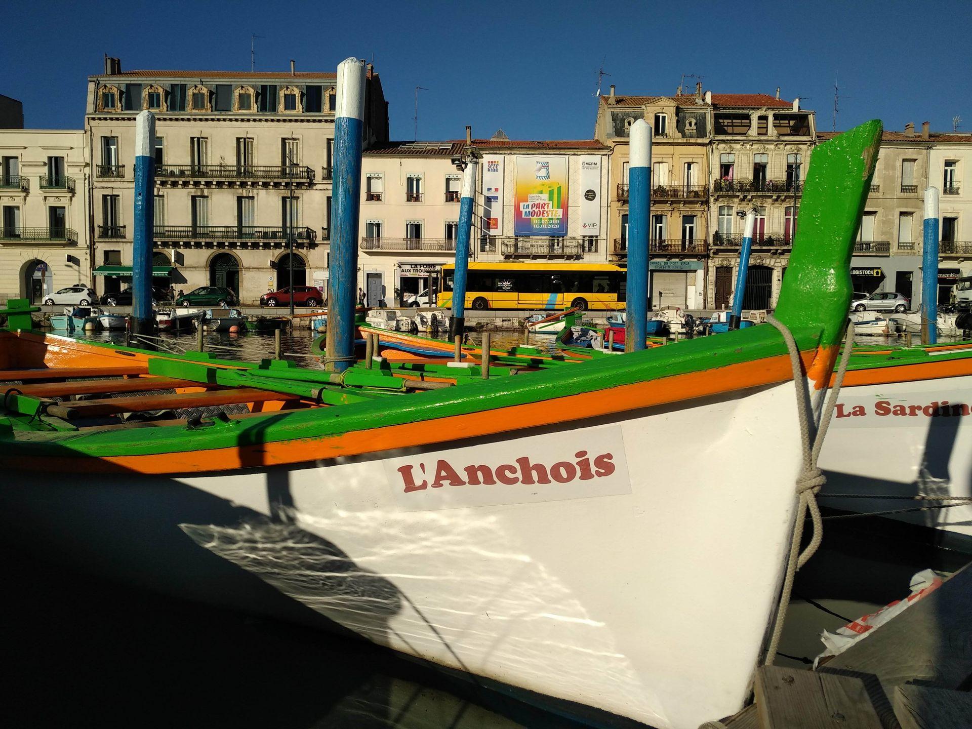 Barque traditionnelle amarrée en face du Miam à Sète