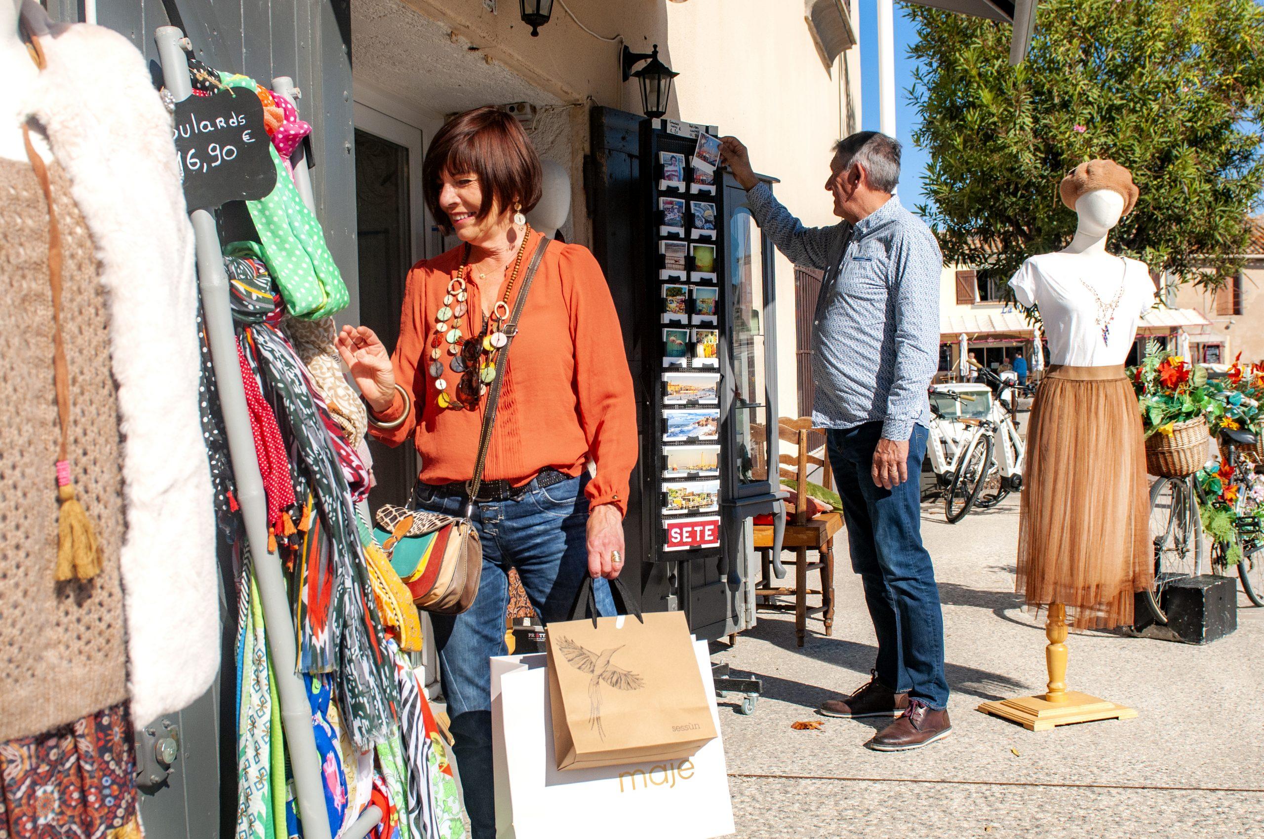 Visite et shopping à Marseillan - Couple quinca en vacances