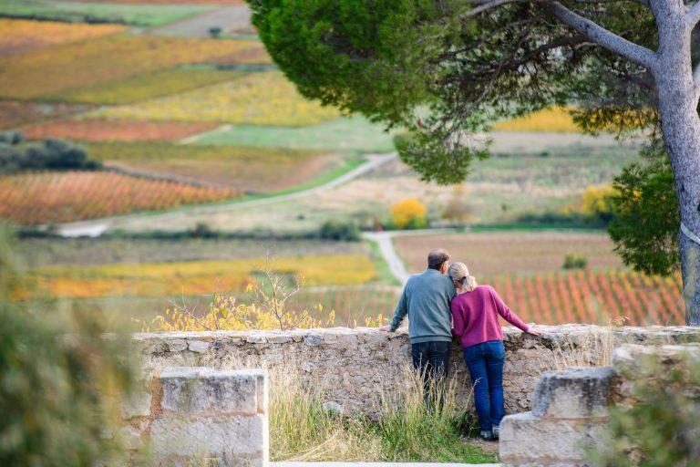 Un couple regarde les vignes de Montpeyroux