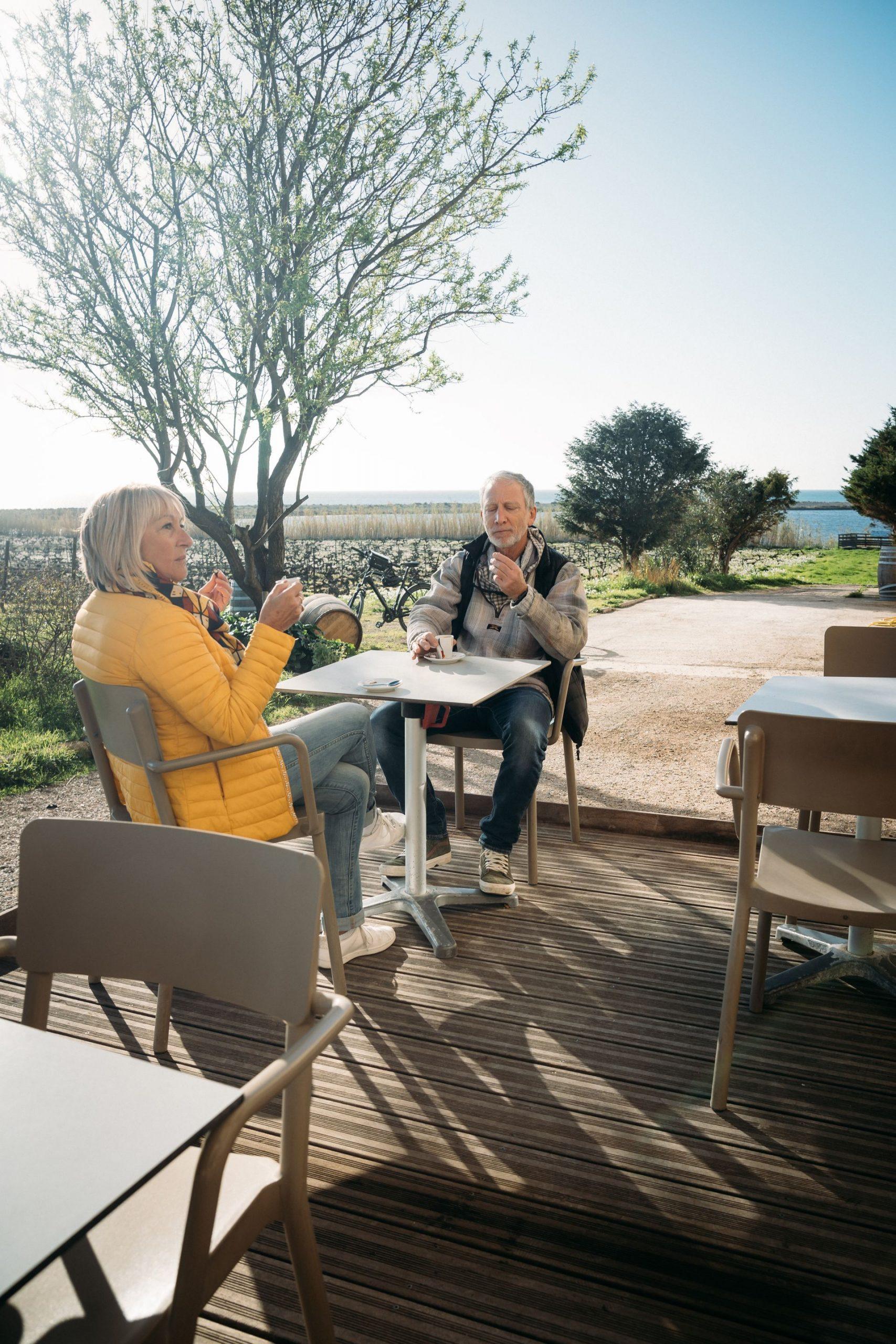 Presqu'île Villeneuve les Maguelone_Terrasse du restaurant où 1 couple de jeuniors font une pause boutique le Comptoir des Compagnons_Jeuniors