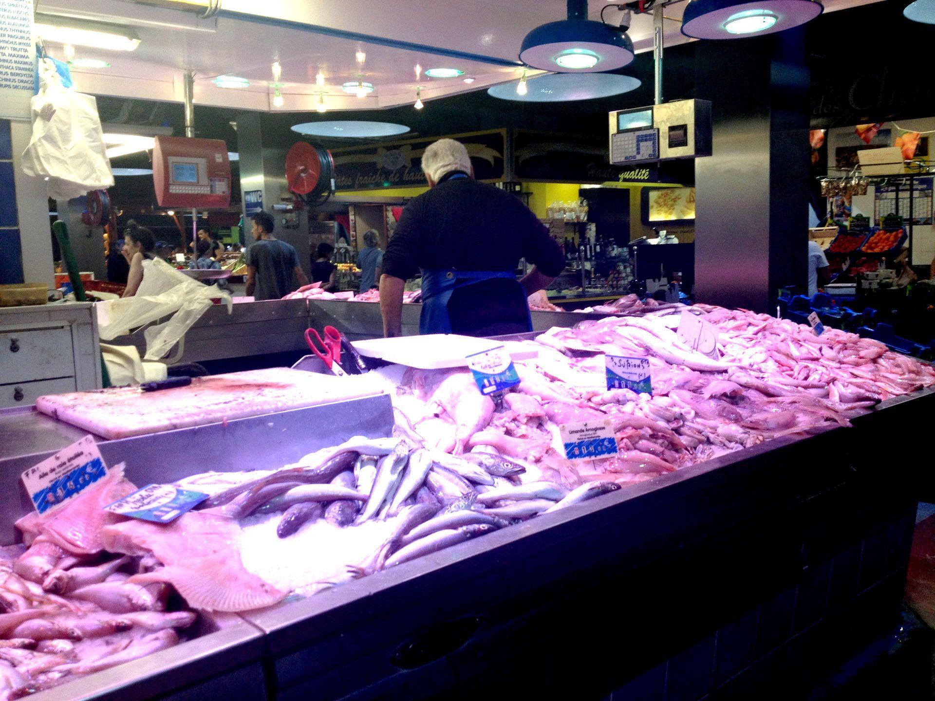 Etal de poissons dans les Halles de Sète