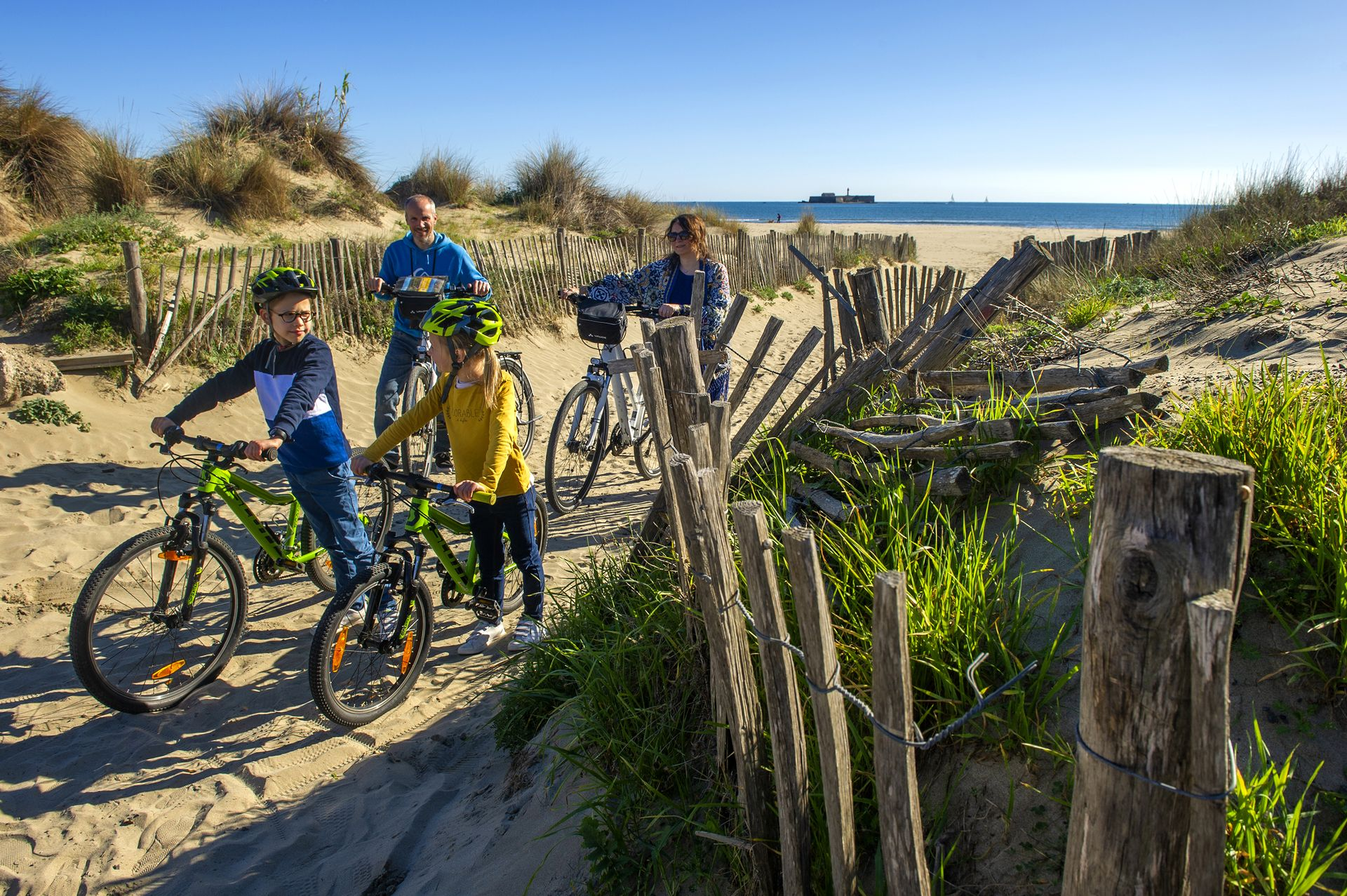 Balade en vélo le long de la plage Richelieu au Cap d'Agde en famille