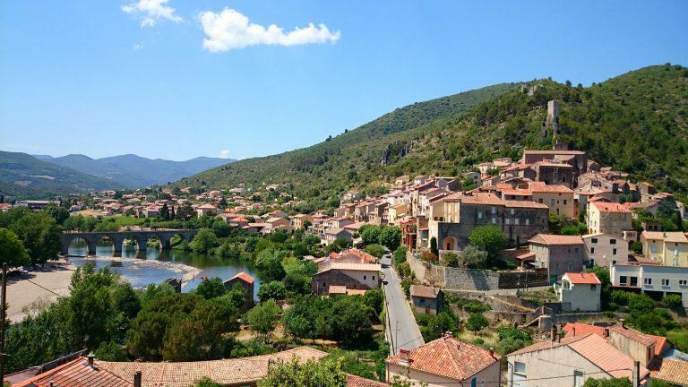 Village de Roquebrun au bord de l'Orb