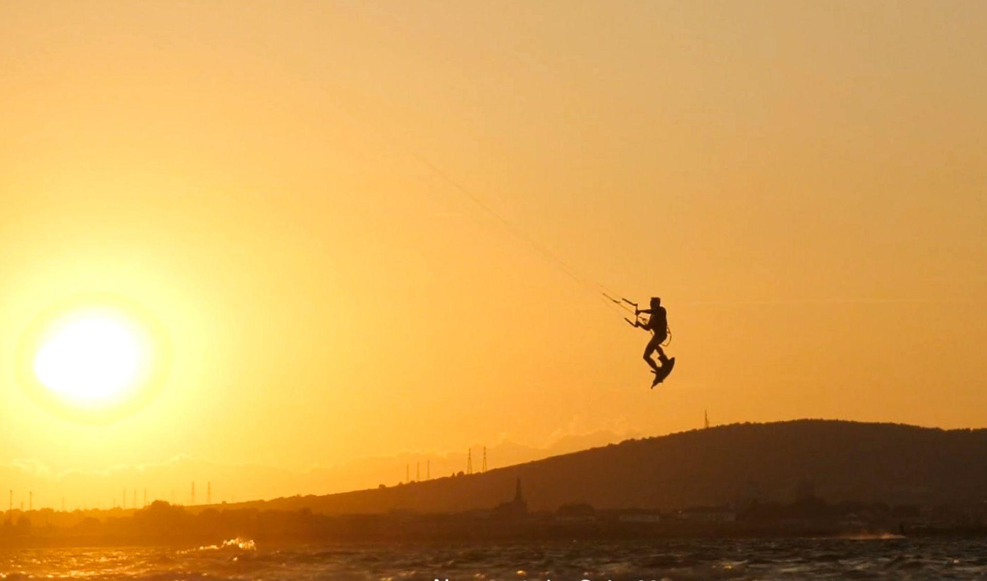 Kite sur l'étang de Thau au coucher du soleil