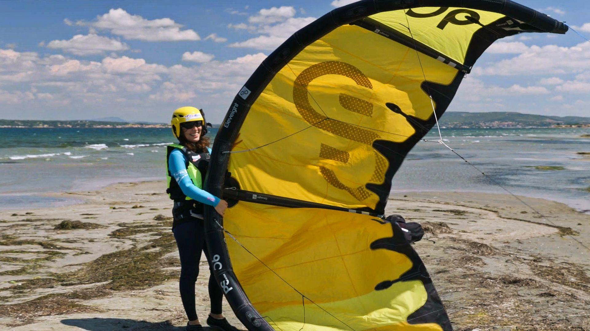 Séance de kitesurf sur l'étang de Thau entre jeunes