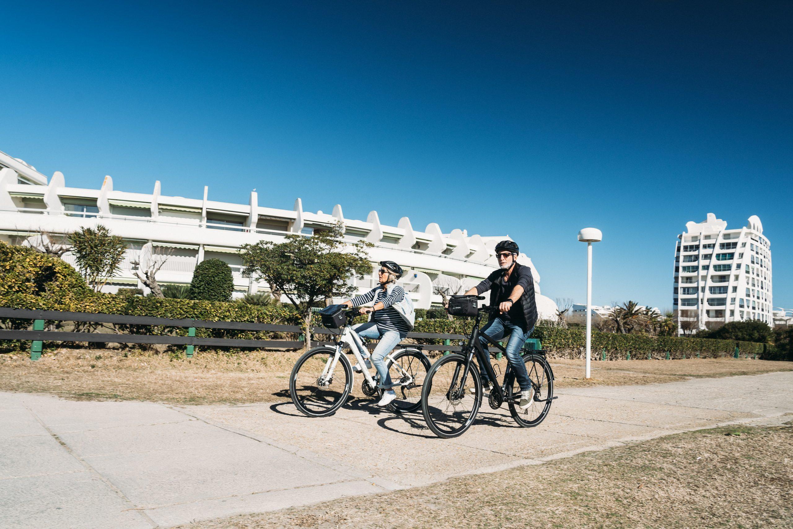 Couple de jeuniors en vélo à la Grande Motte