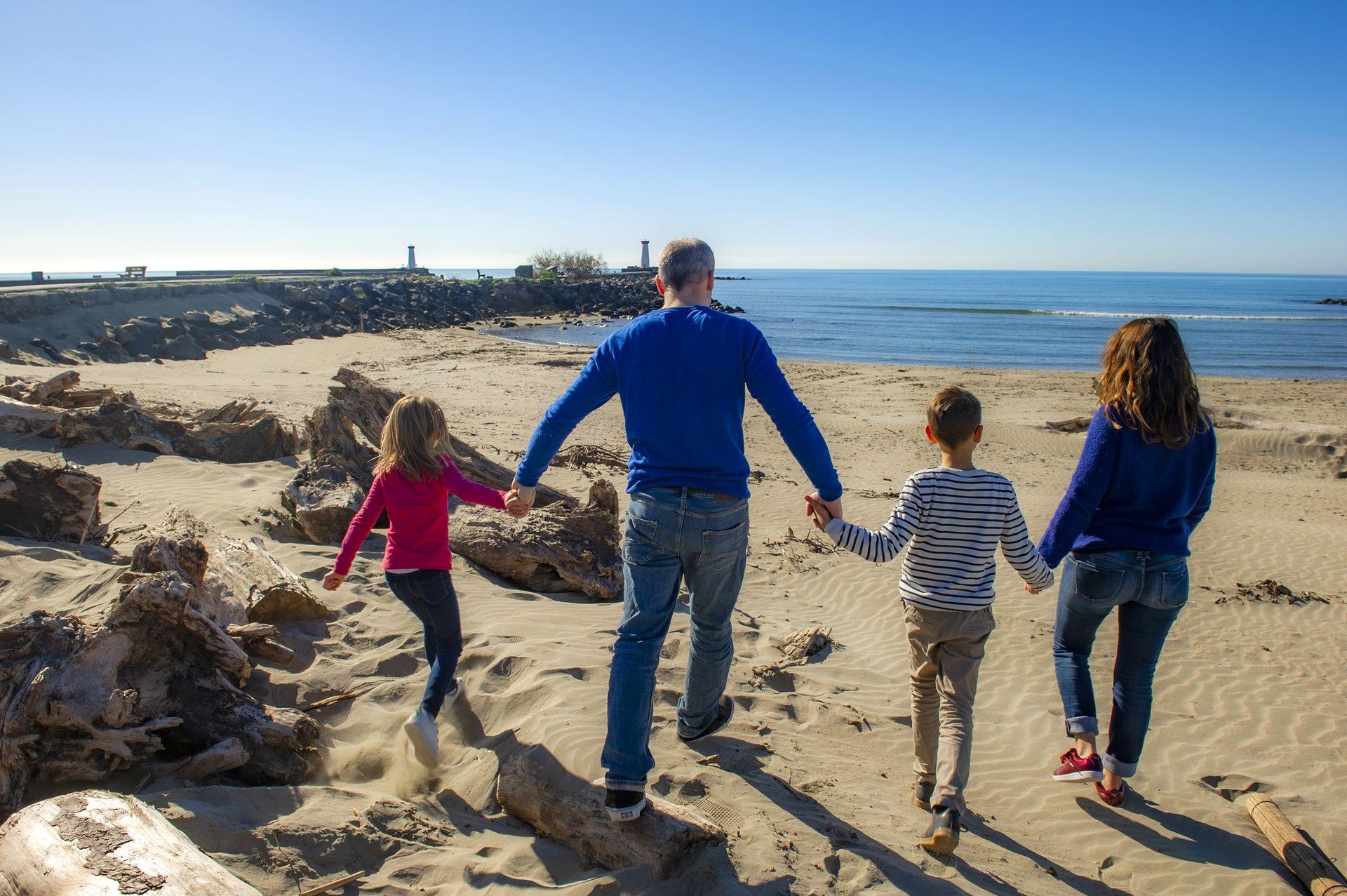 Famille sur la plage de la Tamarissière