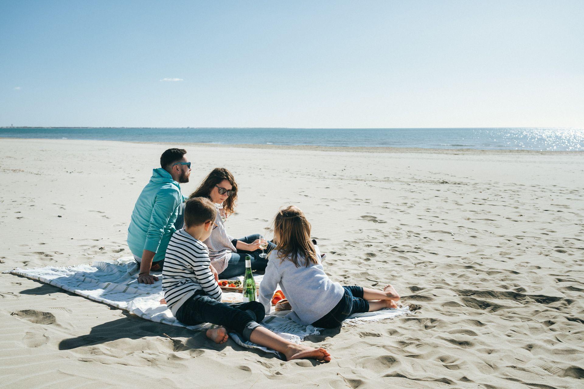 Famille qui pique-nique sur la plage de la Grande Motte