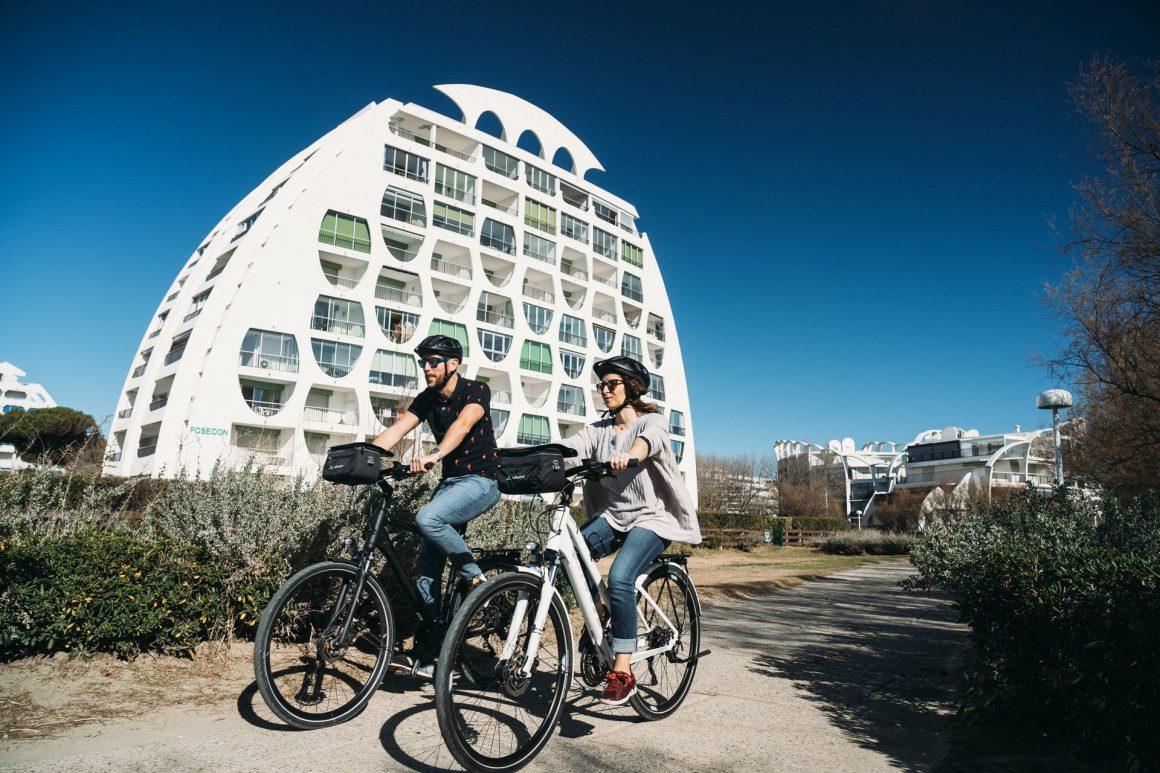 Couple de jeunes en vélo à la Grande Motte