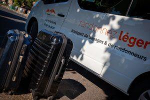 valises devant un véhicule de la Malle Postale, transporteur de bagages