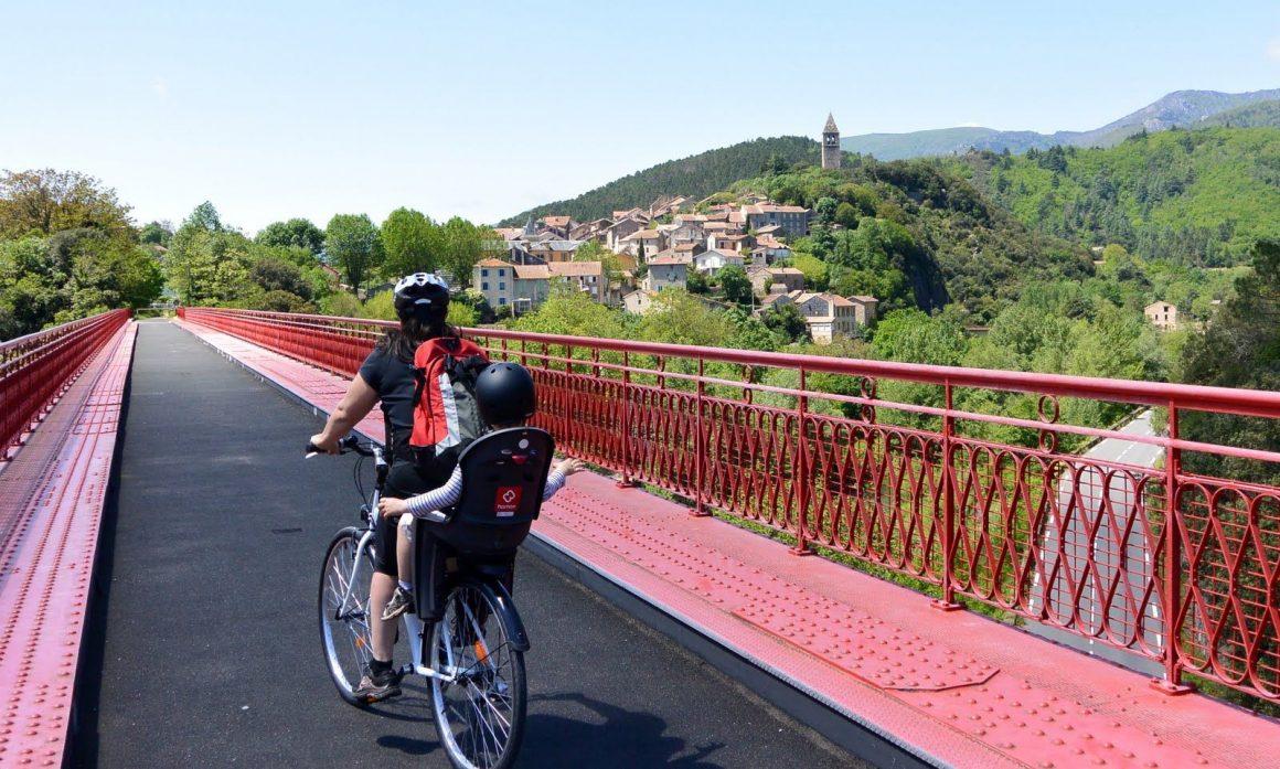 Vélo sur la voie Verte Pass Païs en famille dans le Haut-Languedoc