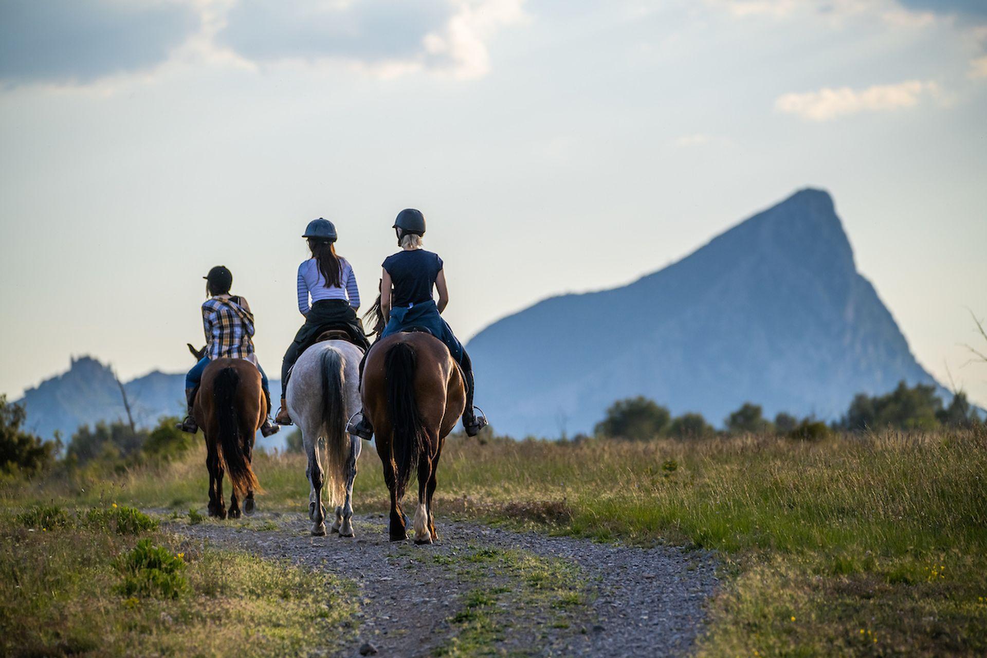 Balade à cheval entre copines au Pic Saint Loup
