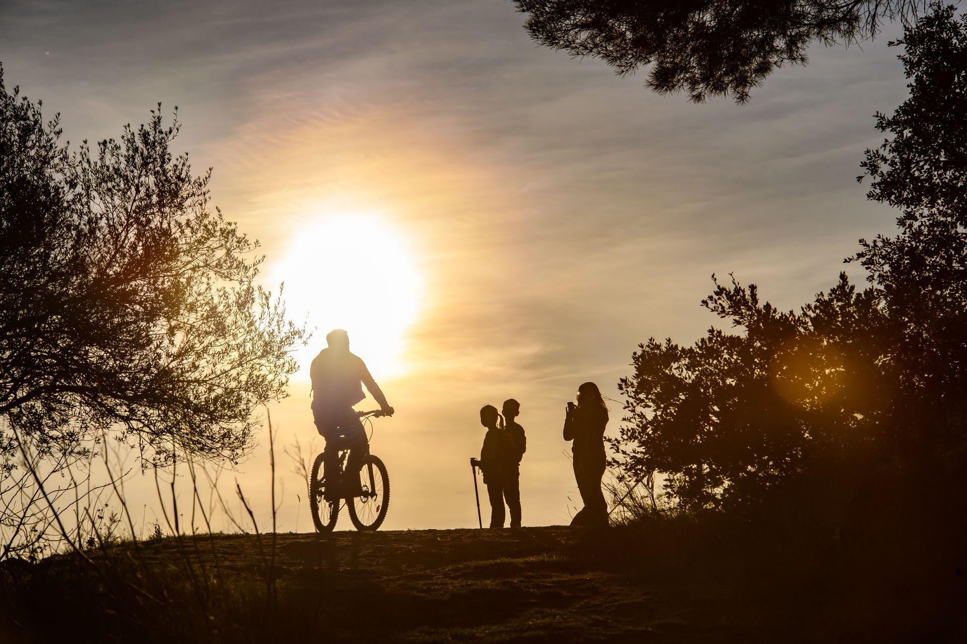 un vétetiste croise une famille de randonneurs