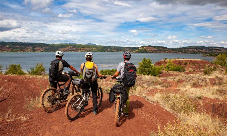 3 amis en VTT admirent le lac du Salagou