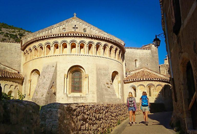 Randonneuses face à l'abbaye de Gellone